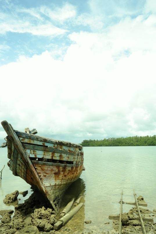 kapal karam dan rel kereta di pulau handeleum