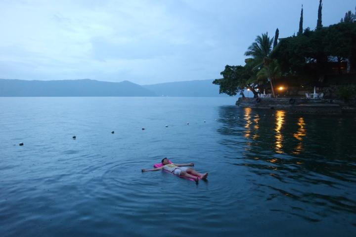 Nikmatnya berenang di alam liar #halah