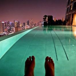 infinity pool yang merupakan fasilitas Okura Prestige Hotel