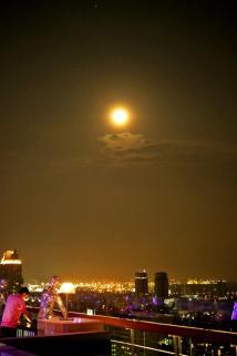 pemandangan bulan purnama dari sini