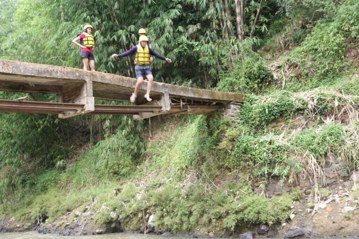 Lompat dari jembatan setinggi 4 meter