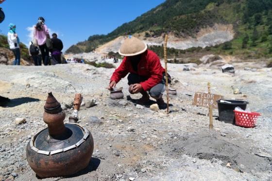#100persenMentalAlam telor rebus dari air panas alami.