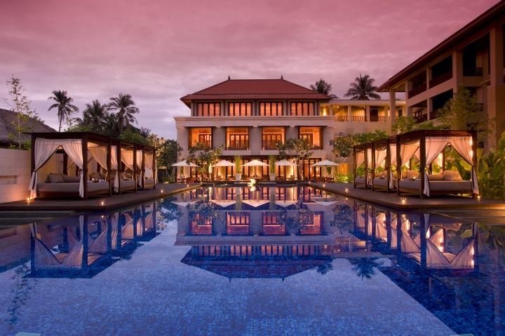 Pemandangan kilam renang Conrad Suites Pool ketika sunrise