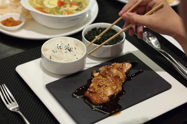 Chicken Teriyaki juga ada loh di menu yang mereka tawarkam