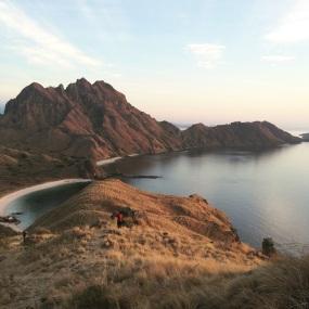 Pulau Padar ketika sunrise yang diterpa cahaya keemasan